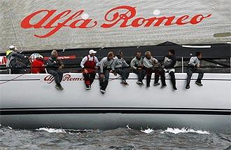 La tripulaci�n del 'Alfa Romeo' en un momento de la competici�n.