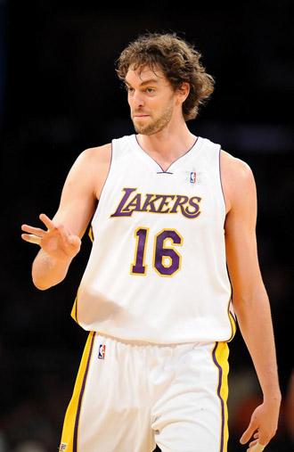 Pau Gasol, en un choque de los Lakers.