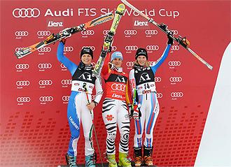 Manuela Moelgg, Kathrin Hoelzl y Taina Barioz en el podio de la prueba