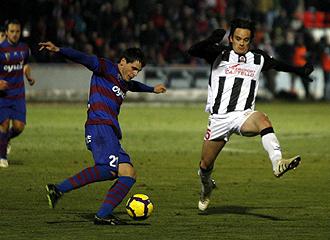 Nico Medina intenta cortar el disparo de Echaide durante el �ltimo partido del a�o, el perdido en Huesca por el Castell�n