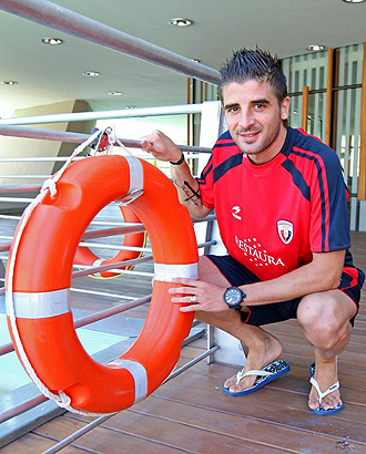 Portillo posa con un flotador durante un reportaje para Marca en su época de Osasuna... pero no llega a Alicante como un 'salvavidas'