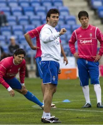 Ra�l Agn� da instrucciones a sus jugadores durante un entrenamiento