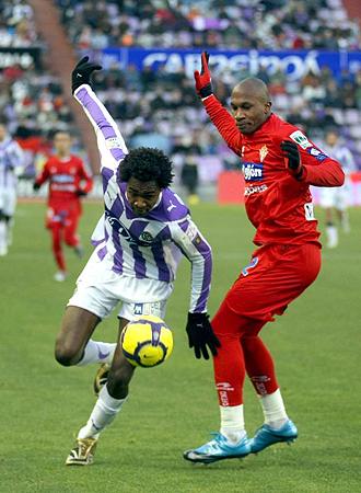 Manucho pelea un bal�n con Gregory durante el Valladolid-Sporting... el �ltimo partido del a�o