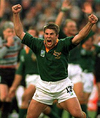 Japie Mulder, con el capit�n Pienaar al fondo, celebra el triunfo de Sud�frica en la final del Mundial de 1995 ante Nueva Zelanda