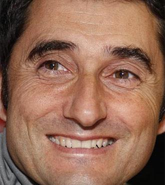 Valverde sonr�e en rueda de prensa.