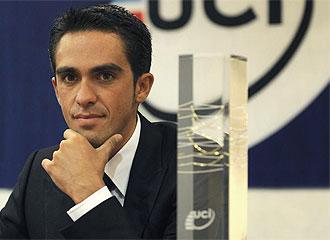 Contador con el trofeo de mejor ciclista de 2009.