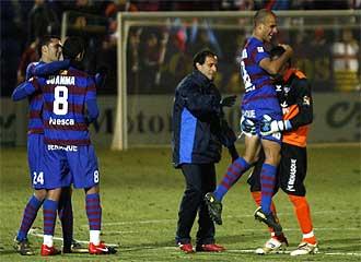 Los jugadores del Huesca celebran el triunfo ante el Castell�n.