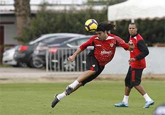 Sergio S�nchez cabecea un bal�n durante un entrenamiento.