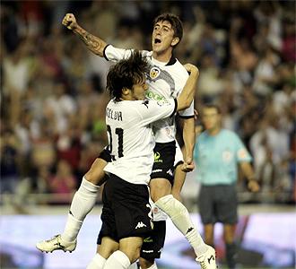 Pablo Hern�ndez y Silva celebran un gol.