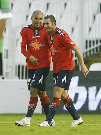Pandiani y Aranda celebran un gol de Osasuna en El Sardinero.