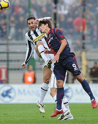 Molinaro salta a por un bal�n ante Nene, del Cagliari