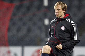 Andreas Ottl realiza ejercicios de calentamiento en el descanso de un partido de la Liga de Campeones del Bayern de M�nich