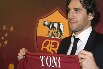 Luca Toni, en su presentaci�n con la Roma.
