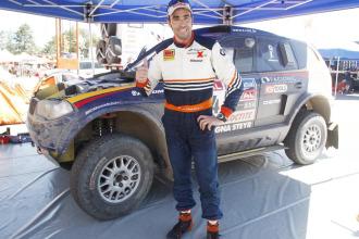 Nani Roma posa para MARCA tras ganar la primera etapa del Dakar.