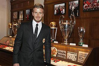 Beckham posa en su primera rueda de prensa con el Milan