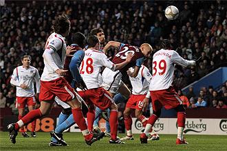 Carlos Cu�llar en el momento de marcar el segundo tanto del Aston Villa