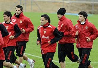 Caras largas en el entrenamiento del Sevilla del pasado domingo.