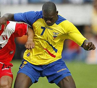 Felipe Caicedo en un partido con su selección