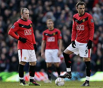 Berbatov y Rooney, con gesto serio tras el gol del Leeds en la FA Cup