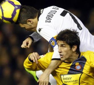 Villa remata de cabeza el pasado s�bado ante el Espanyol.