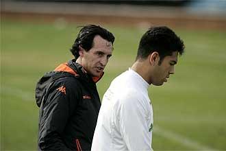 Emery habla con Miku durante el entrenamiento del pasado 29 de diciembre.