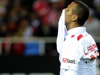 Luis Fabiano se lamenta durante tras una ocasi�n fallida en su �ltimo encuentro con el Sevilla hace justo un mes.