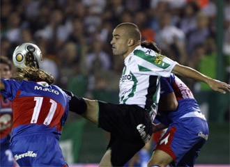 Silva lucha por un bal�n.