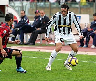 Molinaro encara a Pisano, del Cagliari, durante un partido con la Juventus