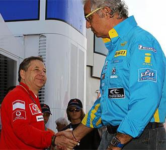 Briatore saluda a Jean Todt en 2006, cuando era el rey de la F1 junto a Fernando Alonso
