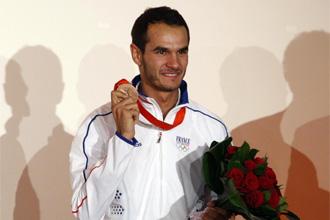 Mehdi Baala posa con la medalla ol�mpica de bronce en 1.500 metros.
