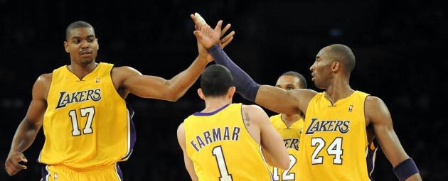 Los jugadores de los Lakers felicitan a Andrew Bynum (AFP).