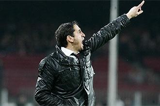 Manolo Jim�nez da instrucciones en el Camp Nou durante el partido de Copa