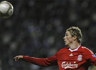 Fernando Torres intenta controlar un bal�n.