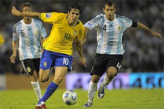 Kak� pugna con un bal�n con Javier Mascherano durante un Brasil-Argentina