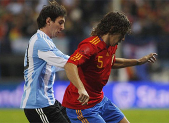 Puyol protege un bal�n ante Messi.