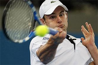 Andy Roddick golpea una pelota durante el partido contra Carsten Ball