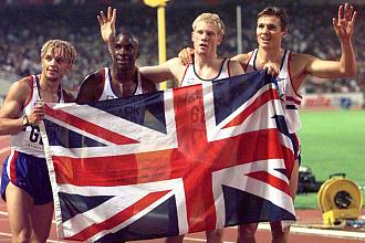 Jamie Baulch, Mark Richardson, Iwan Thomas y Roger Black celebran su medalla de plata en Atenas