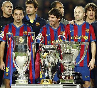 El Barça posa con los títulos de 2009.