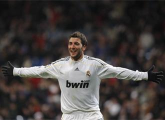 Higua�n celebra un gol con el Real Madrid.