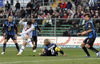 Instant�nea del gol que marc� Diego Milito al Atalanta antes del par�n invernal en la Serie A.