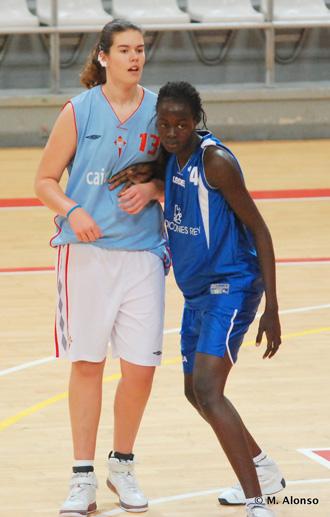 Leyre Carrascosa, con la camiseta azul celeste del Celta, defendida por Amy, p�vot junior senegalesa de 1,93 del Extrugasa.