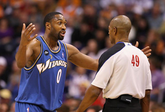 Arenas protesta una decisi�n arbitral en un choque de los Wizards.