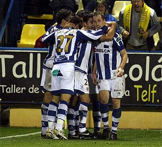 Los jugadores de la Real celebran un gol frente al Villarreal B.