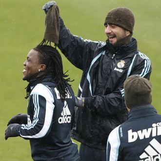 Albiol bromea con Drenthe durante un entrenamiento en Valdebebas.