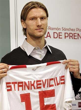 Stankevicius posa con la camiseta del Sevilla durante su presentación.