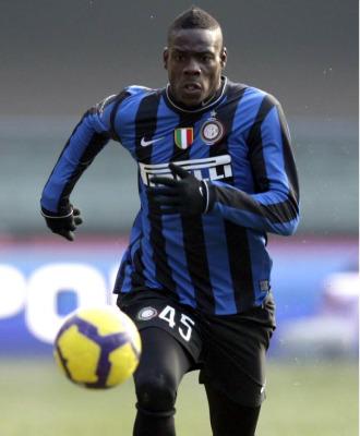 Balotelli conduce el bal�n en un partido del Inter de Mil�n.