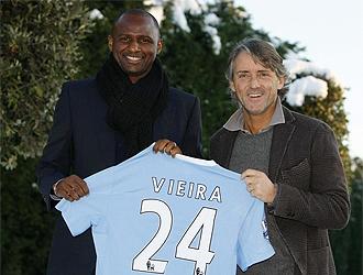 Vieira posa junto a Mancini con la camiseta de su nuevo equipo