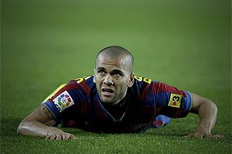 Alves, tendido en el suelo