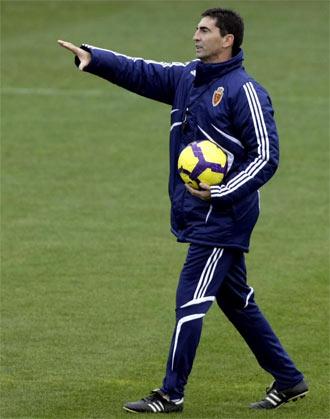 Jos� Aurelio Gay da indicaciones durante un entrenamiento
