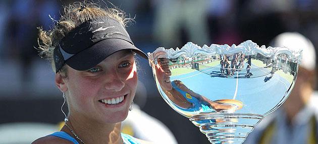 Yanina Wickmayer con el trofeo de ganadora del Torneo de Auckland